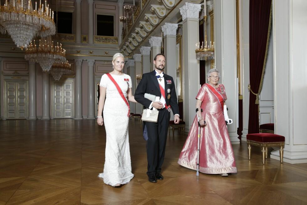 PÅ KRYKKER: Kronprins Haakon fikk følge av både Mette-Marit og prinsesse Astrid til middagen.   Foto: Berit Roald / NTB scanpix Foto: NTB scanpix