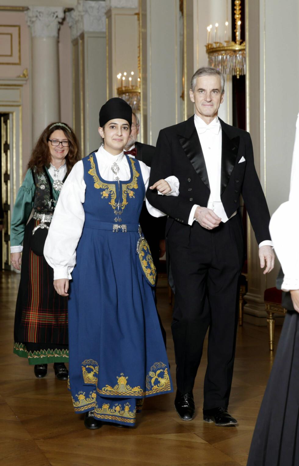 VALGTE BUNAD: Politiker Prableen Kaur kom arm i arm med leder i Arbeiderpartiet Jonas, Gahr Støre. Foto: NTB scanpix