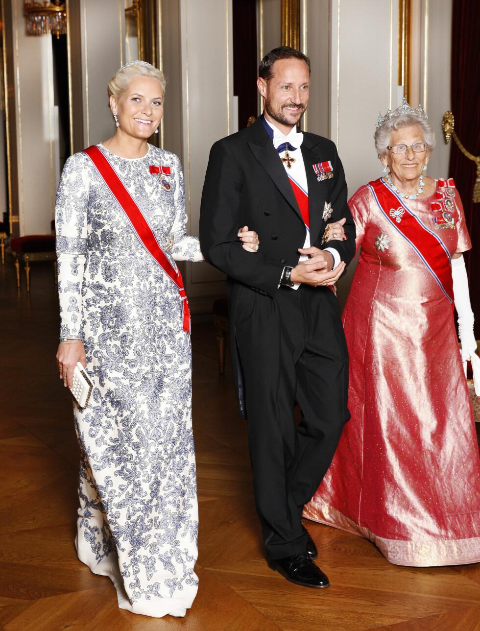 GLITRENDE: Kronprinsesse Mette-Marit var kledd i Valentino under fjorårets stortingmiddag og toppet det hele med sitt egent brudediadem. Her sammen med kronprins Haakon og prinsesse Astrid på vei inn til middagen.   Foto: Brimi