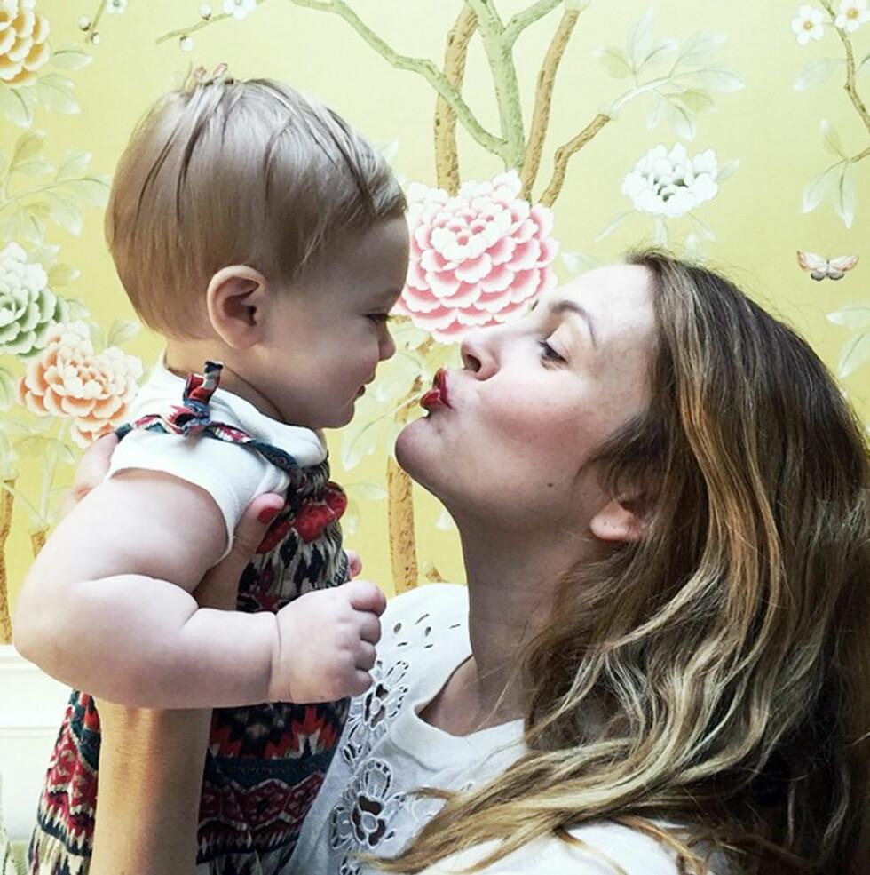 <strong>TOBARNSMOR:</strong> Drew Barrymore elsker morsrollen, men fikk seg en knekk etter at datteren Frankie ble født. Her er mor og datter i et søtt øyeblikk sammen. Foto: Xposure