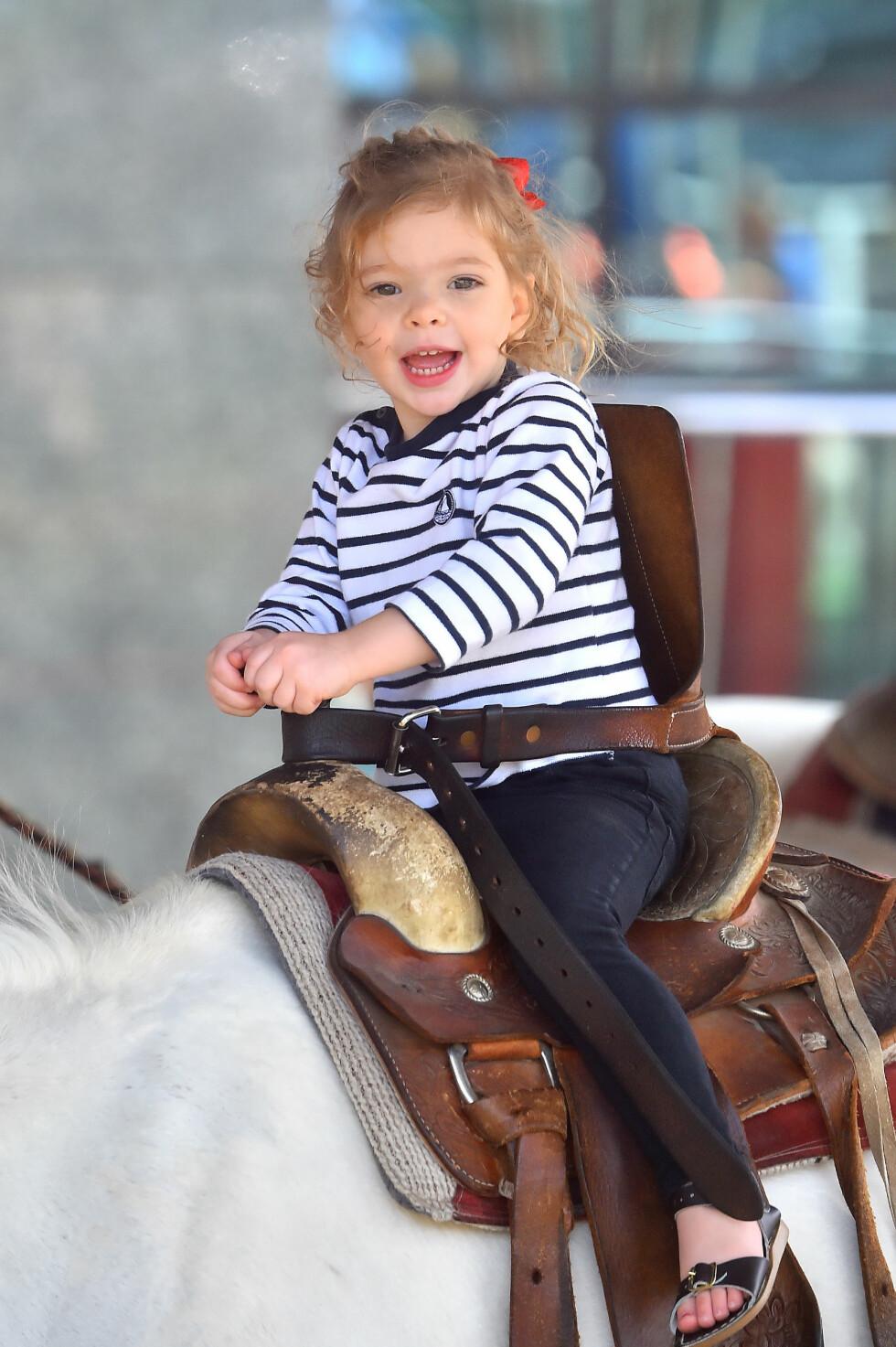 <strong>HJERTEKNUSER:</strong> Barrymores eldste datter Olive koser seg på hesteryggen i en park i Los Angeles. Foto: Splash News