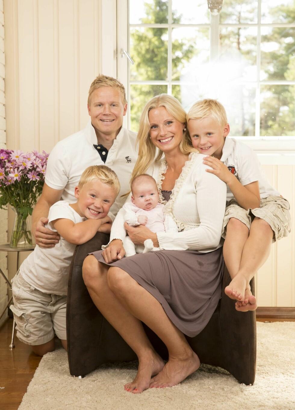 FAMILIEN: Silje Sandmæl koser seg i Bærum sammen med mann og deres tre barn. Paret møttes i San Francisco.  Foto: Morten Eik, Se og Hør