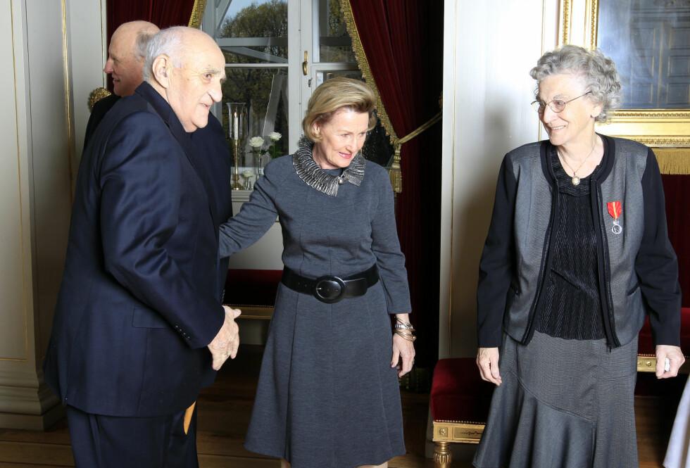 MØTTE KONGEPARET: I 2011 mottok Signe Gjerstad Kongens fortjenst medalje i sølv. Her møter hun og ektemannen dronning Sonja.  Foto: NTB scanpix