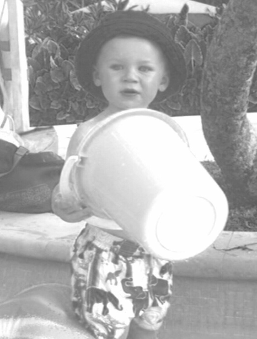 TRAVEL KRABATT: - Kai holder oss opptatt ved bassenget, skrev Wayne Rooney på sin Twitter-side da han la ut et svart-hvitt bilde av sønnen. Foto: Twitter