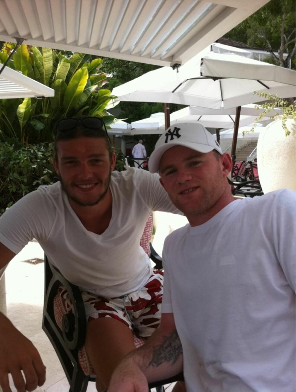 MOTSTANDERE PÅ BANEN - VENNER UTENFOR: Wayne Rooney tok seg tid til en fotballprat med Liverpool-stjernen Andy Carroll, da de to møttes under ferieturen. Foto: Twitter
