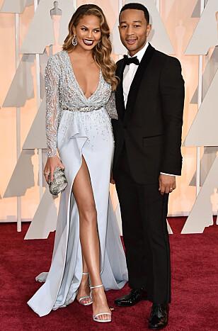 <strong>LYKKELIGE:</strong> Chrissy Teigen og John Legend har kjent hverandre i en årrekke og vært gift siden 2013. Her sammen under Oscar utdelingen tidligere i år. Foto: NTB Scanpix