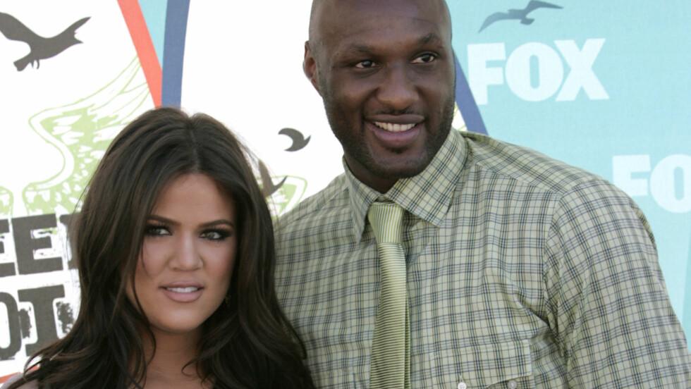 ER FORTVILET: Skilsmissen mellom reality-stjernen Khloé Kardashian og basketballstjernen Lamar Odom ble fullført i sommer, men nå skal hun sitte knust ved sykesengen hans i Las Vegas. Her er de to fotografert sammen på Teen Choice Awards i 2010, i lykkeligere tider.  Foto: Reuters