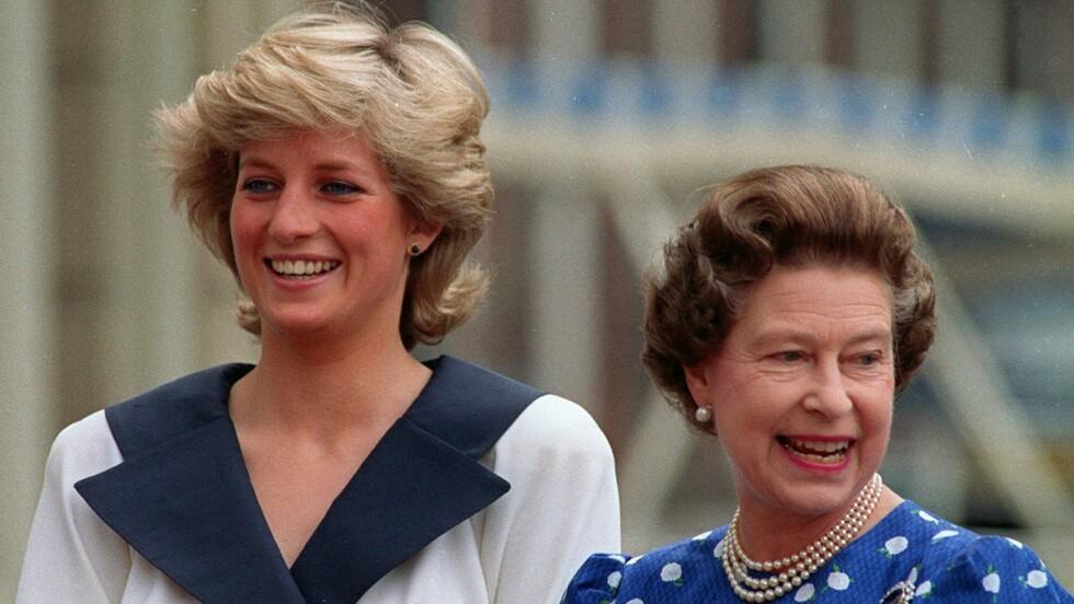 KONGELIG HÅR: En hårlokk som skal ha tilhørt avdøde prinsesse Diana er til salgs på eBay. Her er prinsessen fotografer sammen med dronning Elizabeth i 1987. Foto: Ap
