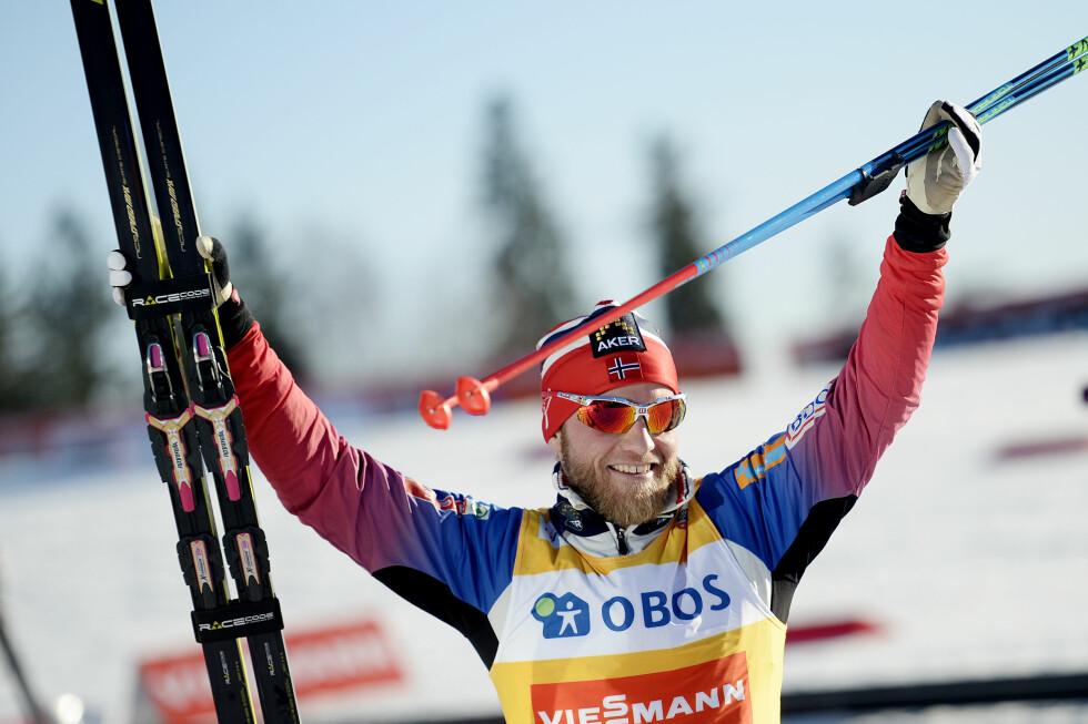 SEIERSSULTEN: Her er Martin Johnsrud Sundby fotografert like etter at han vant verdenscupen sammenlagt i midten av mars. Til Dagbladet sier han at han er sulten på enda en gul trøye.   Foto: NTB scanpix