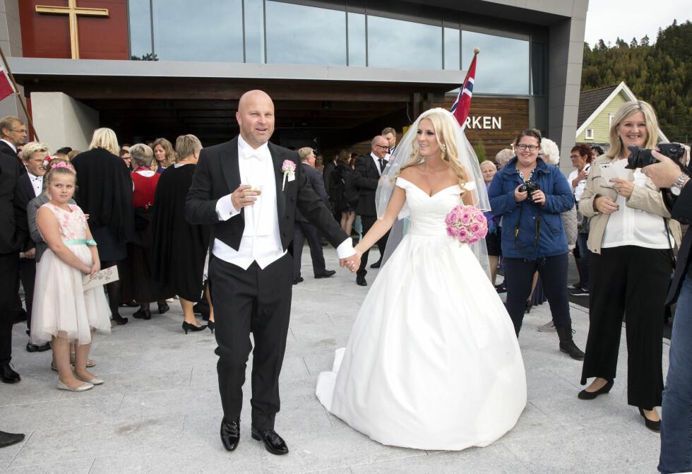 <strong>STOR STAS:</strong> Det ferske brudeparet tok imot jubel og glede da bryllupsseremonien var vel overstått lørdag ettermiddag.  Foto: Andreas Fadum / Se og Hør
