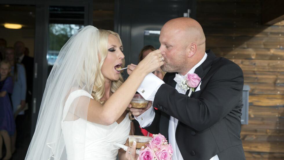 ALTERNATIVT: Det første brudeparet gjorde var å mate hverandre med joikakaker! Foto: Andreas Fadum / Se og Hør