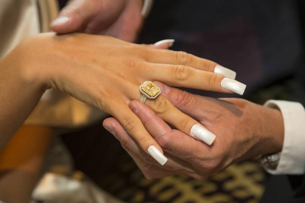 EKTE BLING: Dag Høili overrasket Kristine med denne diamantringen! Hovedstenen er på formidable syv karat, og i følge undersøkelser Se og Hør har gjort, koster den nærmere 1,6 millioner kroner! Foto: Tor Lindseth