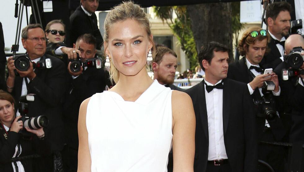 VISTE FREM BRUDEKJOLEN: Da Bar Refaeli deltok på åpningsseremonien under Cannes filmfestival i mai, var hun iført en enkel, hvit kjole. Og da hun giftet seg med Adi Ezra forrige uke, var brudekjolen hennes også av det stilrene slaget.  Foto: Broadimage