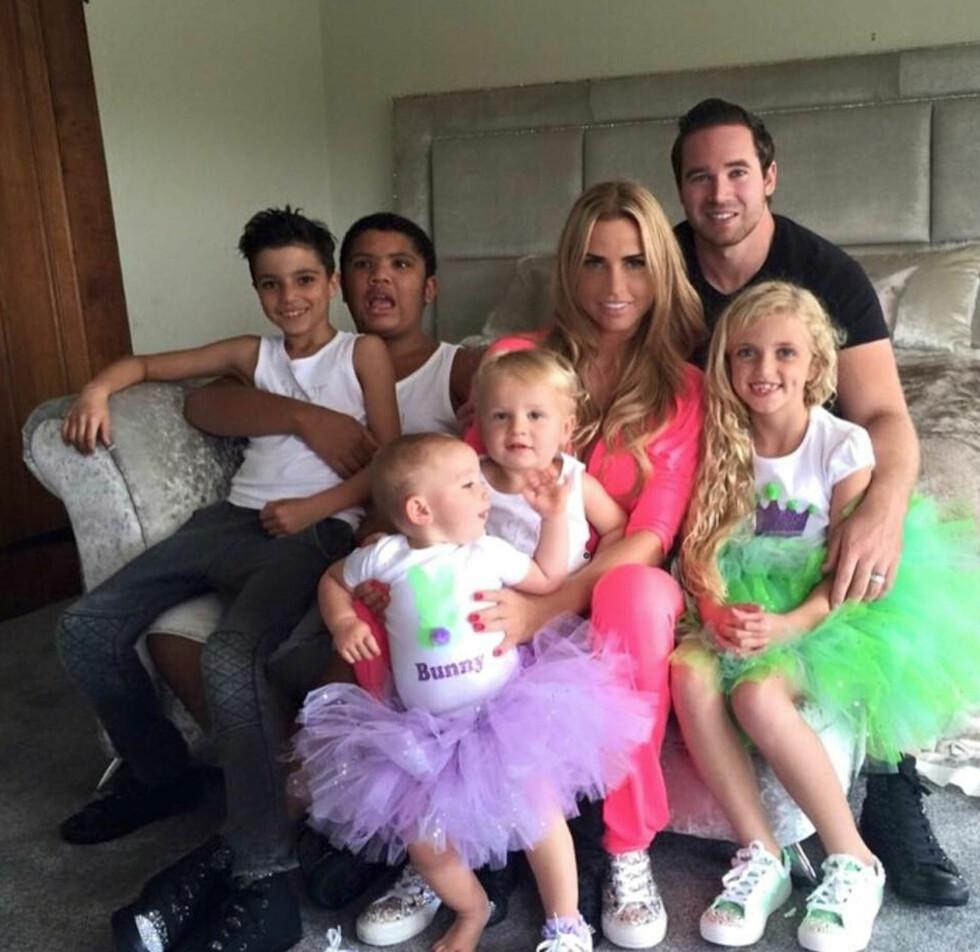 FAMILIEBILDE: Her er Katie med barna (f.v) Junior, Harvey, Jett, Bunny og Princess, samt ektemannen Kieran. Foto: Xposure