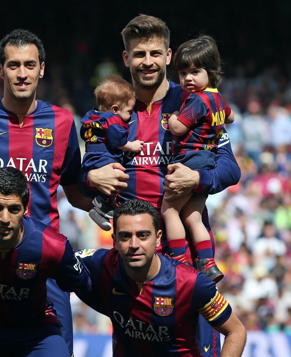PÅ BANEN: Sønnene fikk lov til å være med ut på banen før kampen. Foto: Splash News