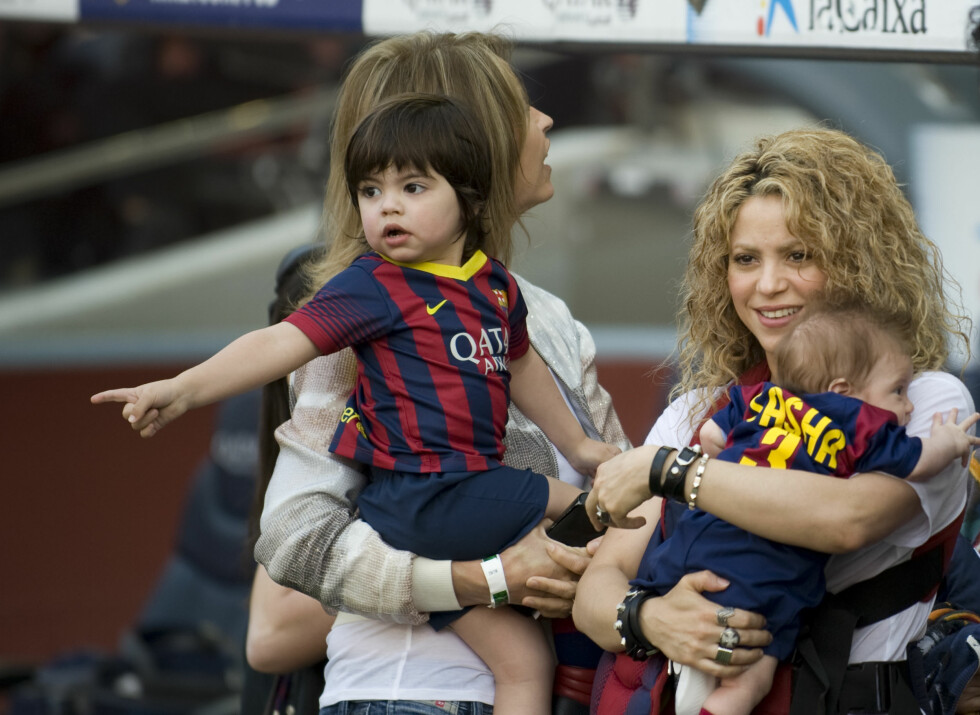SØTE: Shakira og sønnene så ut til å storkose seg på kampen. Foto: Splash News