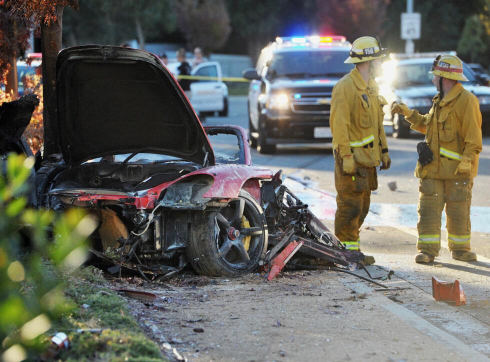 TOTALVRAK: Porschen som Paul Walker og kameraten kjørte i den 30. november 2013, ble smadret til det ugjenkjennelige i ulykken som drepte de to mennene. Foto: Ap