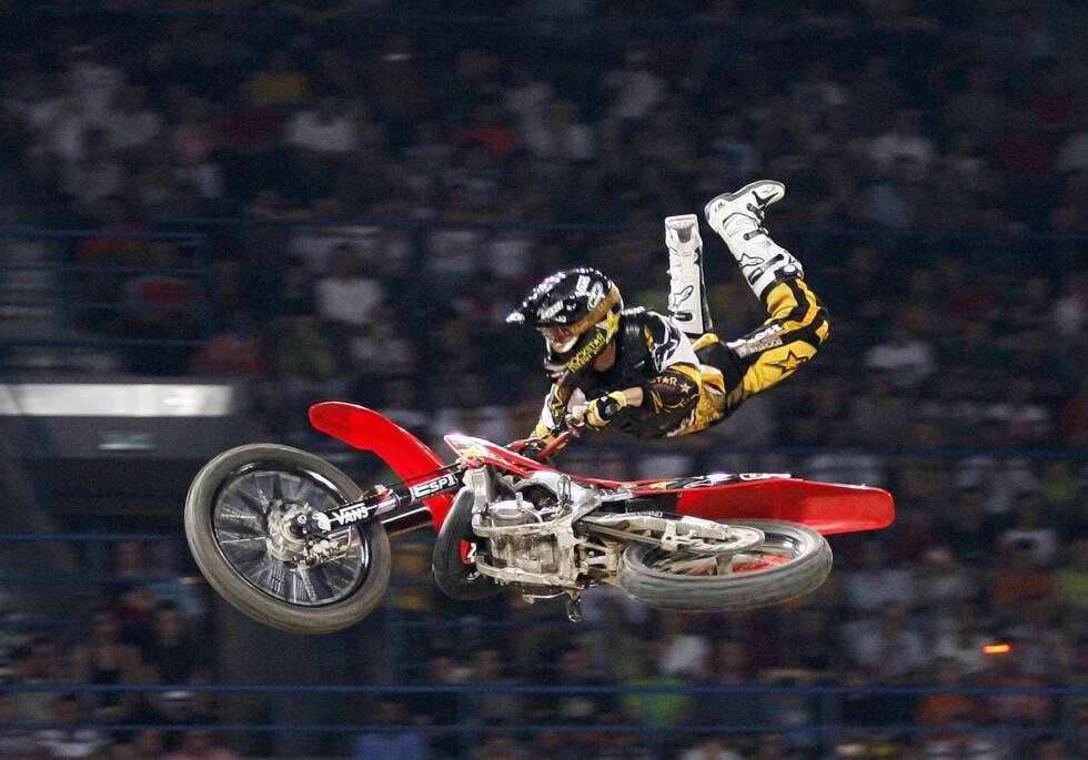 AKROBATIKK: Her viser Gaup frem sin kunster på motorsykkel i 2007. Selv sier han at han aldri har tenkt på sporten som særlig farlig. Foto: REUTERS