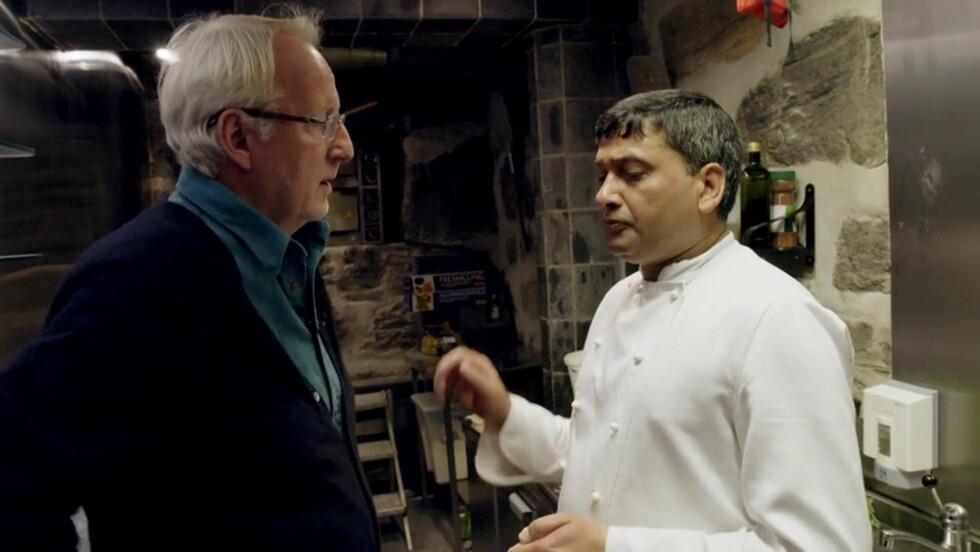 KLAR BESKJED: Hellstrøm gir restauranteieren Shakir Khan klar beskjed om at store endringer må til, hvis bedriften hans skal overleve. Foto: TV3
