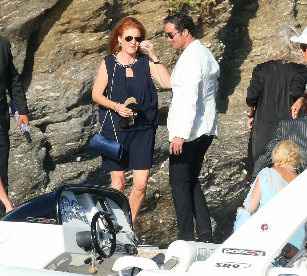 CELEBER GJEST: Sarah Ferguson kom til bryllupet sammen med kjæresten Manuel Fernandez.  Foto: Splash News