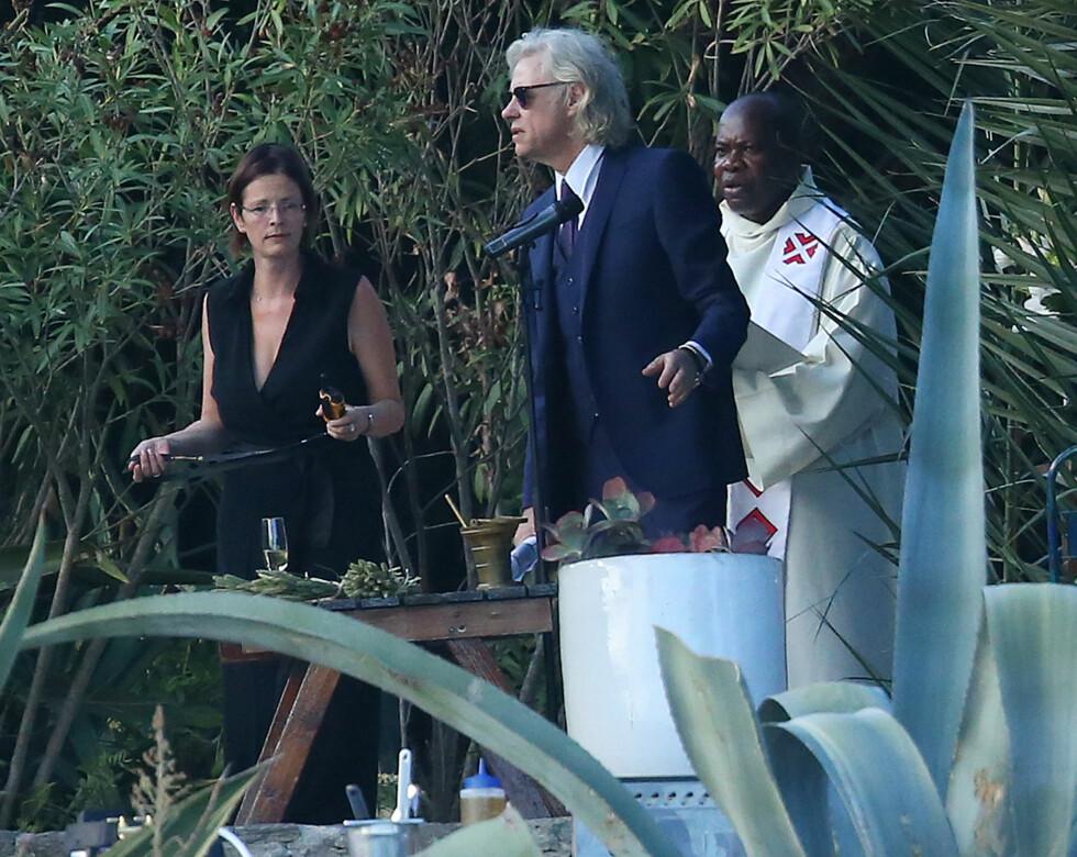 STRANDBRYLLUP: Bob Geldof venter på sin brud på stranden i Frankrike.  Foto: Splash News