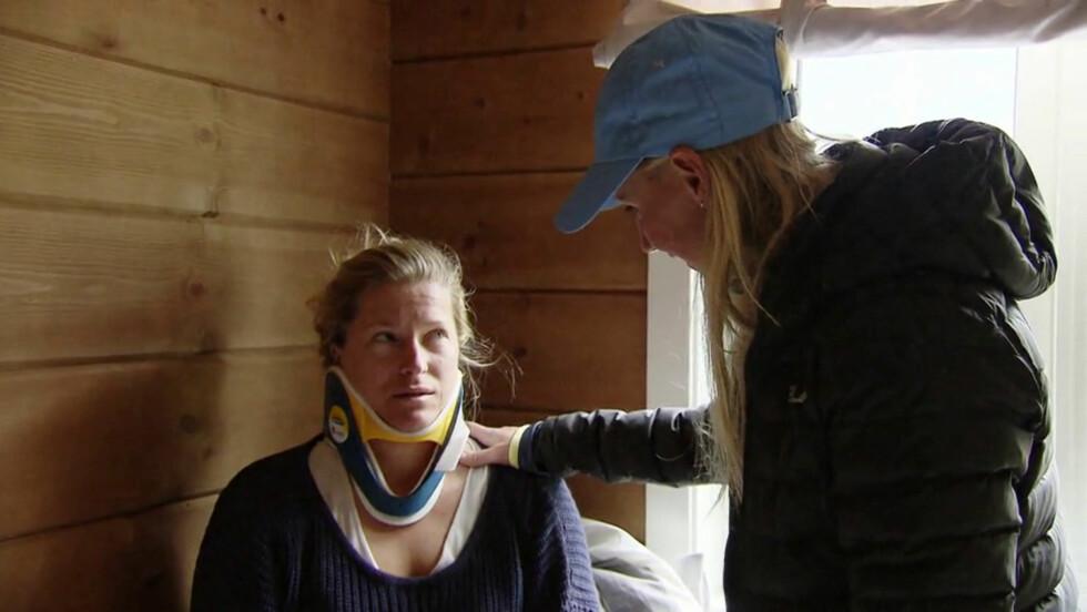 PROLAPS: En gammel nakkeskade dukker plutselig opp underveis i konkurransen, og en lege blir tilkalt for å ta en nærmere titt på Hedda Berntsens nakke under innspillingen. Foto: TV3