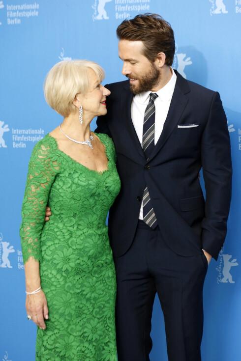 GOD KJEMI: Stilsikre og knallflotte Helen Mirren med «Kvinnen i gull»-motspiller Ryan Reynolds under filmfestivalen i Berlin i februar.  Foto: Zuma Press