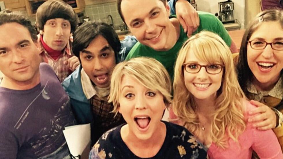 GRUNN TIL Å JUBLE: Ingen TV-skuespillerinner tjener mer enn Kaley Cuoco-Sweeting (midten). Her er hun med resten av gjengen fra The Big Bang Theory. Foto: Xposure
