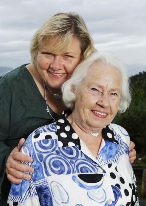 VONDT: Høyre-leder og Norges statsminister Erna Solberg synes det er vondt å tenke på at hun ikke får tatt vare på sin blinde mor Inger-Wenche Solberg så mye som hun hadde ønsket. Dette bildet er fra 2007. Foto: Werner Juvik / Se og Hør