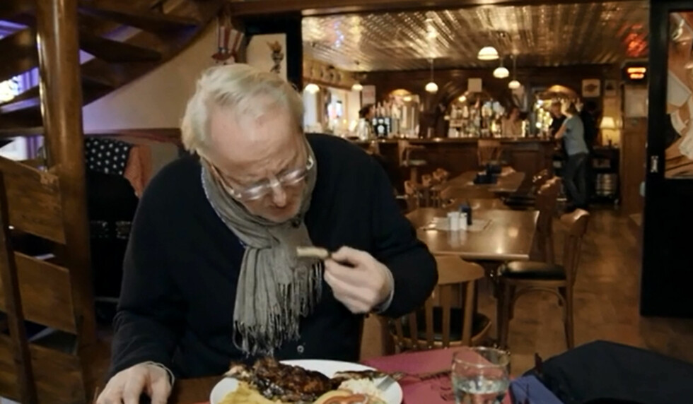 <strong>SLITER MED MATEN:</strong> Spare ribsen faller ikke i smak hos Eyvind Hellstrøm. Foto: TV3