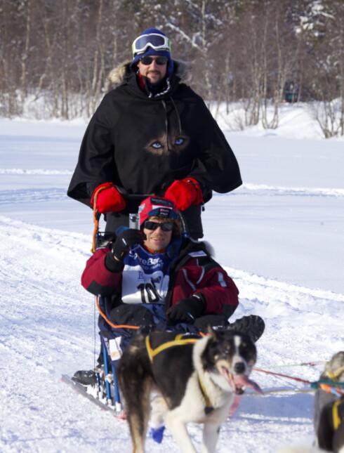 VILLMARKSPROFIL: Trine Rein har flere ganger hjulpet Lars Monsen med trekkhundene han har brukt i Finnmarksløpet. Her er Monsen (foran) med kronprins Håkon i Alta våren 2010, der kronprinsen åpnet det tradisjonsrike hundeløpet. Foto: NTB scanpix