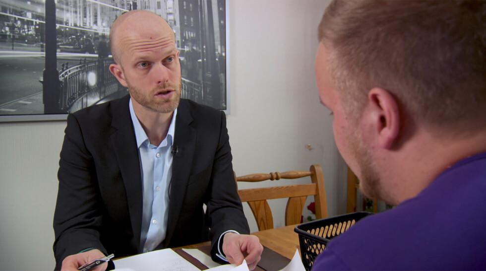 BLIR OFTE SPURT OM RÅD PÅ FEST: Hallgeir Kvadsheim sier til Seoghør.no at han ofte blir kontaktet av folk på fest for å bli spurt om økonomiråd. Her er han i en tidligere episode av «Luksusfellen» Foto: TV3