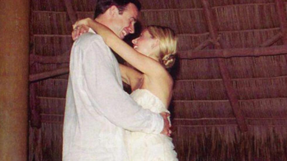 FRA BRYLLUPSDANSEN: På den 13. bryllupsdagen la Sarah Michelle Gellar ut et bilde fra bryllupet, der hun danser med ektemannen Freddie Prinze Jr.