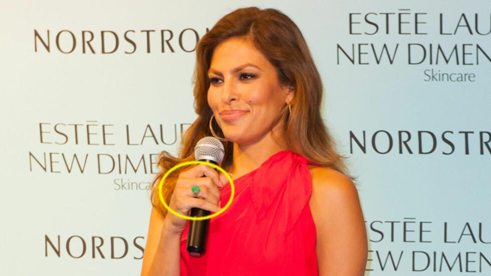 <strong>NY RING:</strong> Eva Mendes har den siste tiden vist seg med en ny ring på fingeren. Mediene spekulerer i om hun har forlovet seg med Ryan Gosling, men om det er en forlovelsesring, er den isåfall på feil hånd. Foto: INFPhoto.com