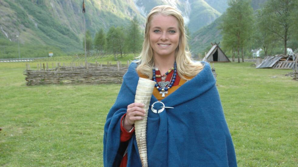 <strong>VIKING-BILDE MISBRUKT:</strong> Det er dette bildet av Henriette Bruusgaard ikledd viking-klær som er stjålet og brukt på flere nettsteder med rasistiske motiver. Bildet er tatt i forbindelse med TV-programmet Alt for Norge. Foto: TVNorge