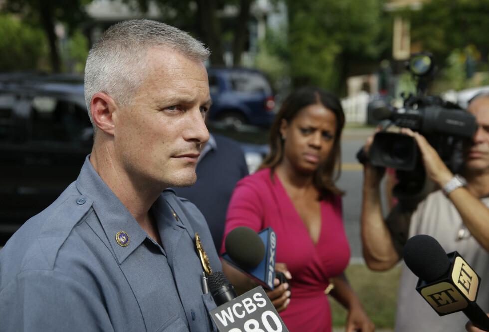 LETEAKSJON: Politibetjent Daniel Wilson snakket med pressen tirsdag 18. august. På det tidspunktet foregikk fortsatt leteaksjonen etter Chelsea i Nyack-området i delstaten New York. Foto: Ap