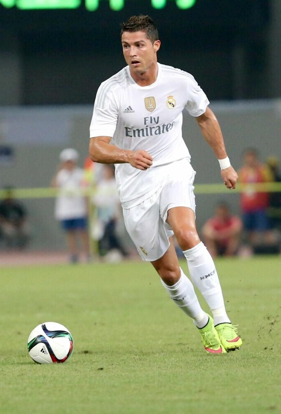 TRAVEL: Fotballesset er svært ettertraktet både på og utenfor fotballbanen, men tilbringer tilsynelatende mest mulig tid med sønnen sin. Ronaldo har tidligere fortalt at han selvsagt skiftet bleier på Cristiano Jr.  Foto: Splash News