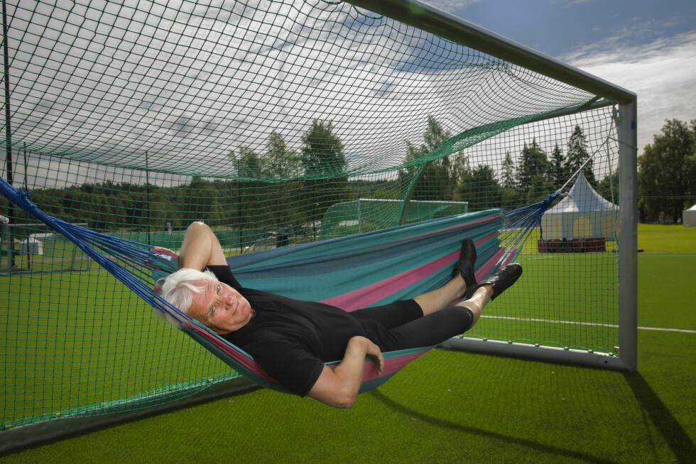 MÅLRETTET: Frode Kyvåg er ikke den som ligger på latsiden. Men her hviler han ut i noen sekunder – til ære for fotografen. Foto: Espen Solli / Se og Hør