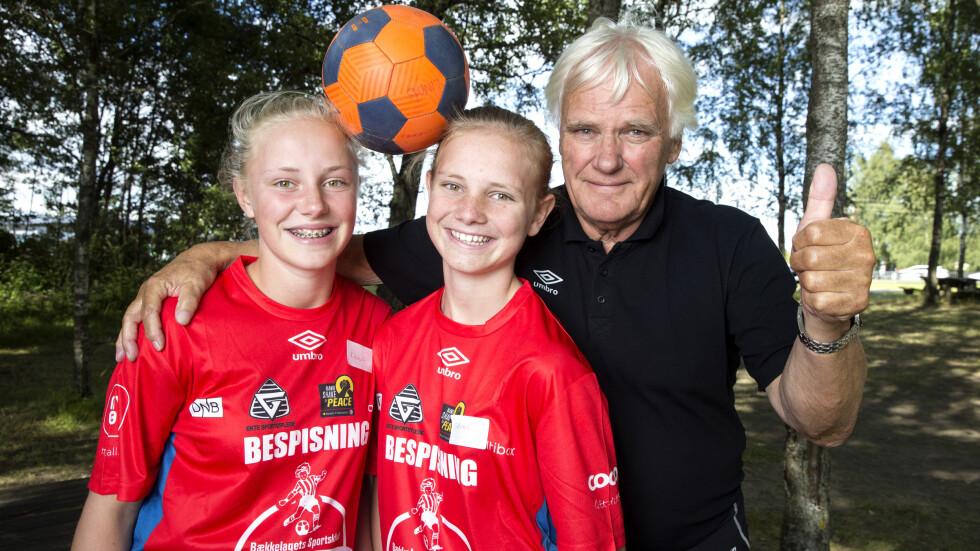 STOLT PAPPA: Helt siden de var to never store har tvillingdøtrene Rikke (t.v.) og Selma vært med på Norway Cup. I år jobbet de som servitører i bespisningen. Foto: Andreas Fadum / Se og Hør