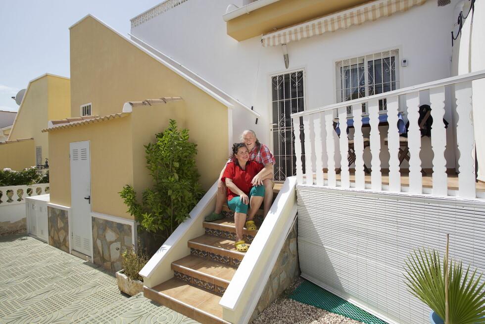 SPANSK LYKKE: På trappa inn til familiens nye feriebolig kan Jenny og Tor gratulere hverandre med et godt kjøp.  Foto: Tore Skaar