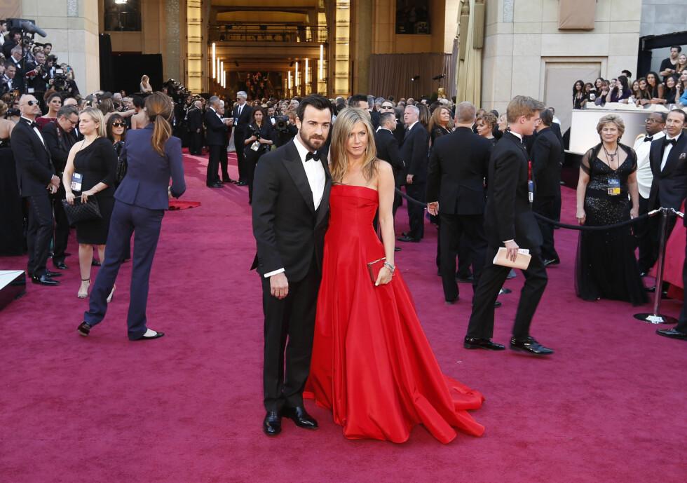 STØTTER HVERANDRE: Jennifer Aniston og  Justin Theroux fotografert under Oscar-utdelingen i februar 2013. Foto: Reuters