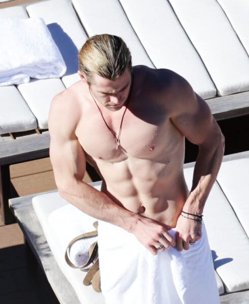 MUSKELBUNT: Chris Hemsworth ble i 2014 kåret til verdens mest sexy mann av bladet People. Dette bildet er tatt før han startet jobben med å gå ned i vekt til sin nye film. Foto: REX/Adam Taylor/Newspix/All Over Press