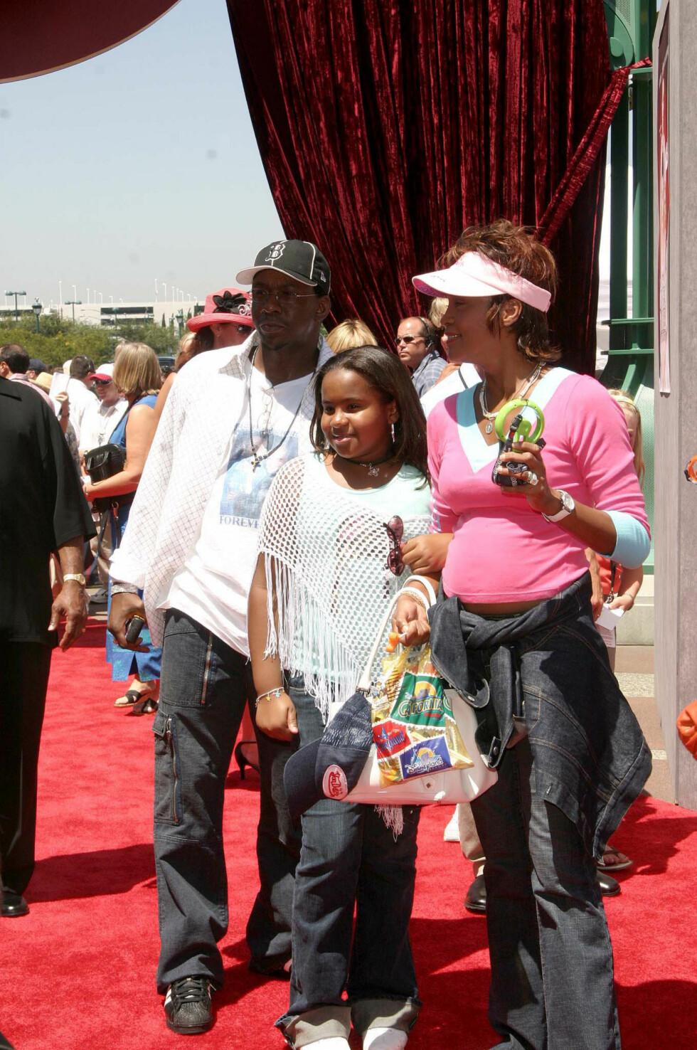 FAMILIE: Bobby Brown og Whitney Houston med datteren Bobbi Kristina. Både Whitney og Bobbi Kristina har gått bort.  Foto: NTB scanpix