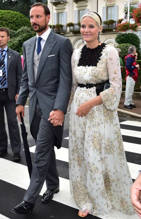 PÅ PLASS: Mette-Marit og Haakon Magnus var blant gjestene i Italia.  Foto: NTB scanpix