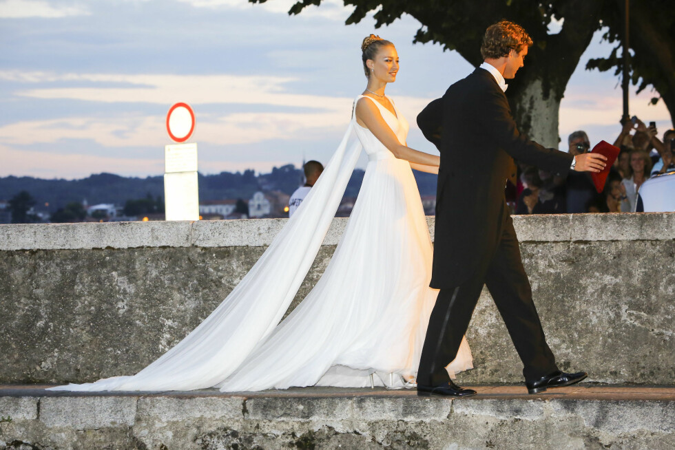HVIT BRUD: Bruden var vakker i den hvite kjolen fra Giorgio Armani. Foto: NTB scanpix