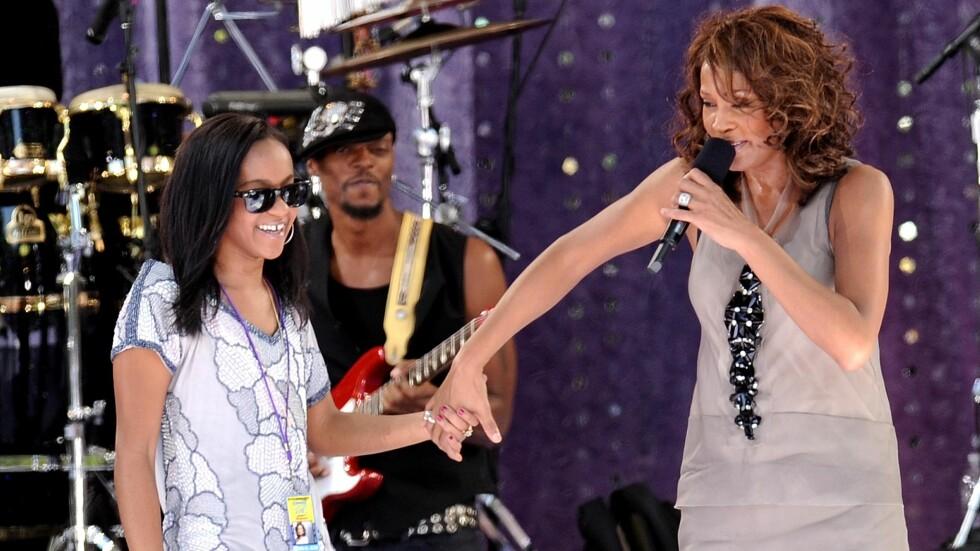 NÅ ER DE BORTE: Whitney Houston ble bare 48 år. Hun døde av drukning i 2012. Datteren Bobbi Kristina ble 22 år. Dette bildet er tatt under et TV-innslag i New York i 2009. Foto: NTB Scanpix