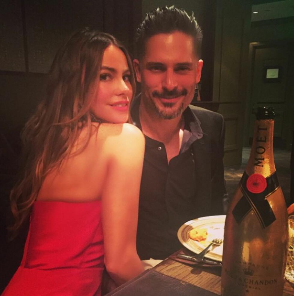 LYKKELIGE: Det forelskede paret deler gjerne bilder fra intime kvelder med fansen på sosiale medier. Her koser de seg med en romantisk middag i mai. Foto: NTB Scanpix