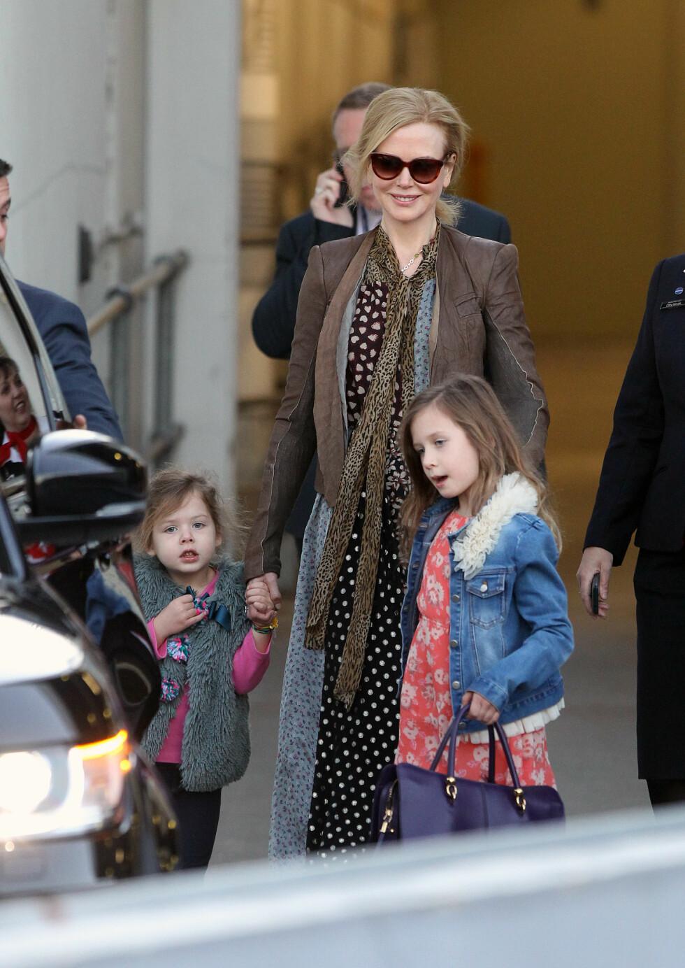 ELSKER MORSROLLEN: I dag finner Kidman trøst i døtrene sine når savnet etter faren blir for tungt. Foto: Splash News