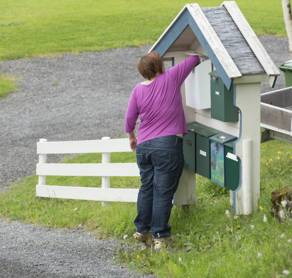 OVERRASKET: Gleden ble stor da Nina fant noe annet enn konvolutter i postkassa. Foto: Espen Solli, Se og Hør