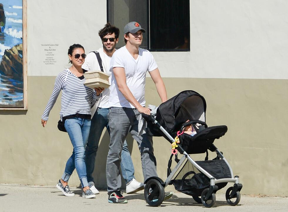 LYKKELIG FAMILIE: Mila og Ashton stortrives med sitt nye liv som småbarnsforeldre. Foto: Splash News
